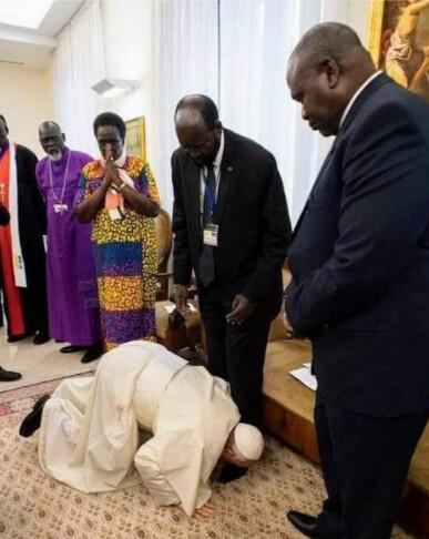 papez bozkava nohy